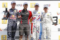 Podium: El ganador, Oliver Rowland, Fortec Motorsports, segundo lugar Dean Stoneman, DAMS, tercer lu