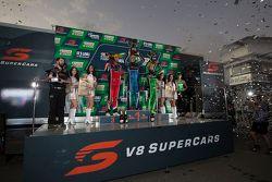 Podio: il vincitore Mark Winterbottom, Prodrive Racing Australia Ford, secondo David Reynolds, Rod N