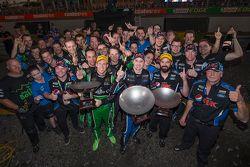 Il vincitore Mark Winterbottom, Prodrive Racing Australia Ford e il secondo classificato David Reyno