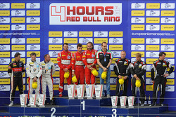 Подиум GTC: победители Томас Флор, Стюарт Холл, Франческо Кастеллаччи, второе место Эрик Дермон, Фра