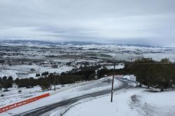 Nieve en el horizonte en el Mount Panorama Circuit