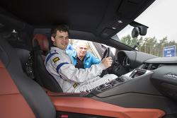 Sèbastien Ogier e il campione di scacchi Magnus Carlsen testano la VW Polo R.
