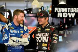 Dale Earnhardt Jr., Hendrick Motorsports Chevrolet y Martin Truex Jr., Furniture Row Racing Chevrole
