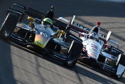 Tony Kanaan, Chip Ganassi Racing Chevrolet y Helio Castroneves, Team Penske Chevrolet