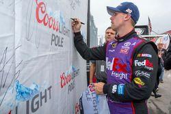 Il vincitore della pole Denny Hamlin, Joe Gibbs Racing Toyota
