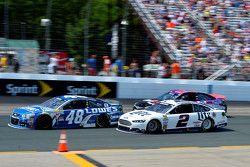 Jimmie Johnson, Hendrick Motorsports Chevrolet y Brad Keselowski, Team Penske Ford