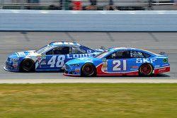 Jimmie Johnson, Hendrick Motorsports Chevrolet y Ryan Blaney, Woods Brothers Racing Ford