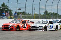 Justin Allgaier, HScott Motorsports Chevrolet et Cole Whitt, Front Row Motorsports Ford