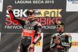 Podium: el ganador, Chaz Davies, Ducati Team, tercer lugar, Jonathan Rea, Kawasaki Racing