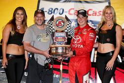 Ganador de la carrera Christopher Bell, Kyle Busch Motorsports con Eldora dueño Tony Stewart