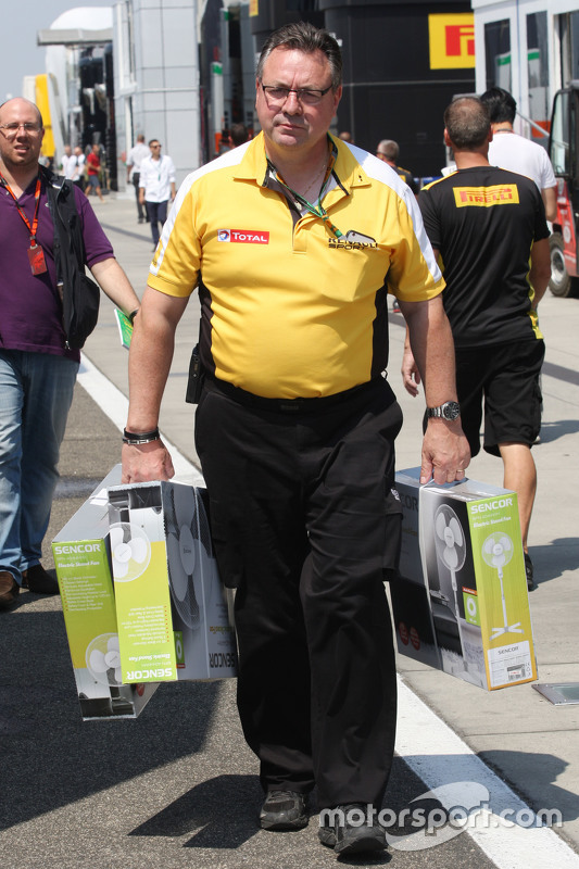 A Renault F1 Sport employee brings extra fans into the paddock