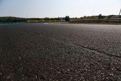 Fissure réparée sur la surface de la piste