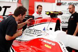 ART Grand Prix pose un autocollant '#Forever Jules' sur la voiture de Marvin Kirchhofer