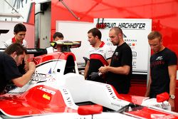 Marvin Kirchhofer et Esteban Ocon regardent un autocollant '#Forever Jules'