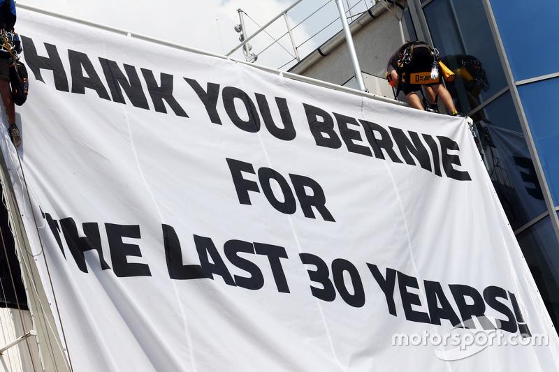 Sebuah banner untuk Bernie Ecclestone,
