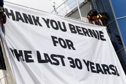 Uno striscione per Bernie Ecclestone,
