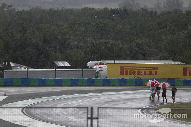 Alfonso Celis Jr., Marvin Kirchhofer, dan Esteban Ocon, ART Grand Prix, berjalan di trek saat hujan
