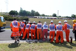 Marshals werken aan wagen Sergio Perez, Sahara Force India F1 na crash