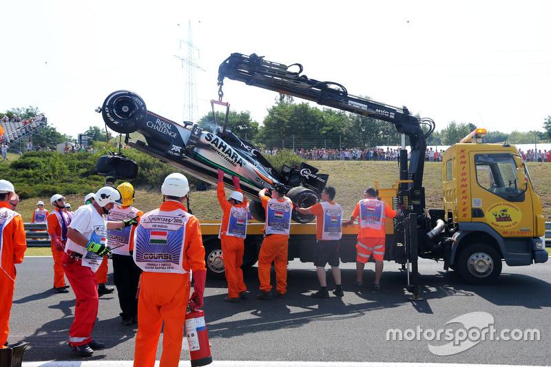 Marshall menangani mobil Sergio Perez, Sahara Force India F1 yang rusak