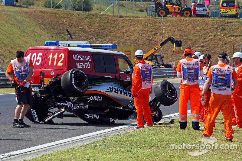 В первой тренировке все получили еще одно напоминание о том, сколь опасны гонки: в 11-м повороте перевернулась Force India Серхио Переса. Но пострадала при этом только техника