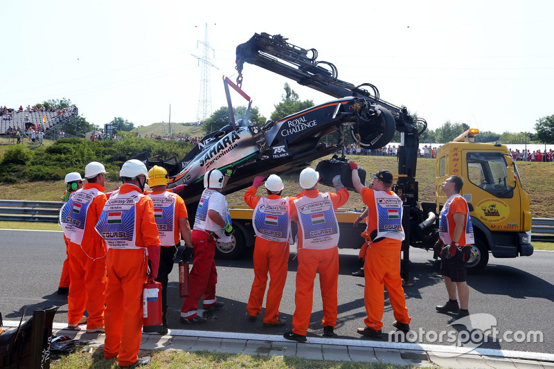Marshals recover the Sahara Force India F1 VJM08 of Sergio Perez, after he crashed di first practice session