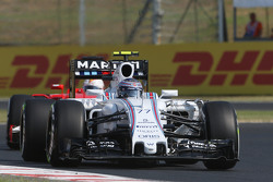 Валттери Боттас, Williams FW37 едет впереди Себастьяна Феттеля, Ferrari SF15-T