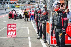 Miembros de la tripulación Kessel Racing esperan