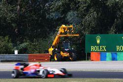 Фабио Ляймер, резервный пилот Manor F1 Team проезжает мимо эвакуатора