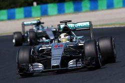 Lewis Hamilton, Mercedes AMG F1 W06 davanti al compagno di squadra Nico Rosberg, Mercedes AMG F1 W06