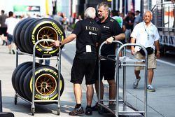 Механики команды Lotus F1 Team с шинами Pirelli