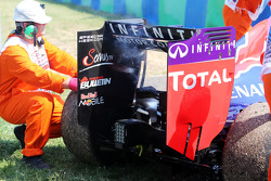 El Red Bull Racing RB11 de Daniel Ricciardo, con humo después de parar en la segunda sesión de entre