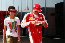 Кими Райкконен, Ferrari раздает автографы фанатам