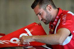Un mécanicien du Chip Ganassi Racing travaille sur la voiture