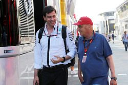 Toto Wolff, Président exécutif de Mercedes AMG F1 avec Niki Lauda, Président Non-Exécutif de Mercedes