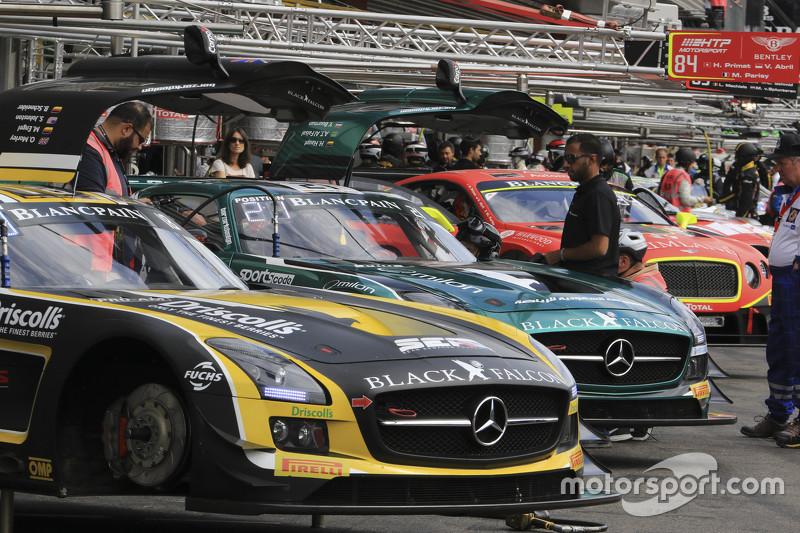 Mobil-mobil di pit lane