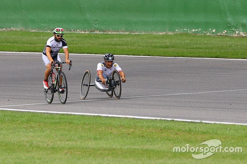 Timo Glock y Alex Zanardi montan en el circuito