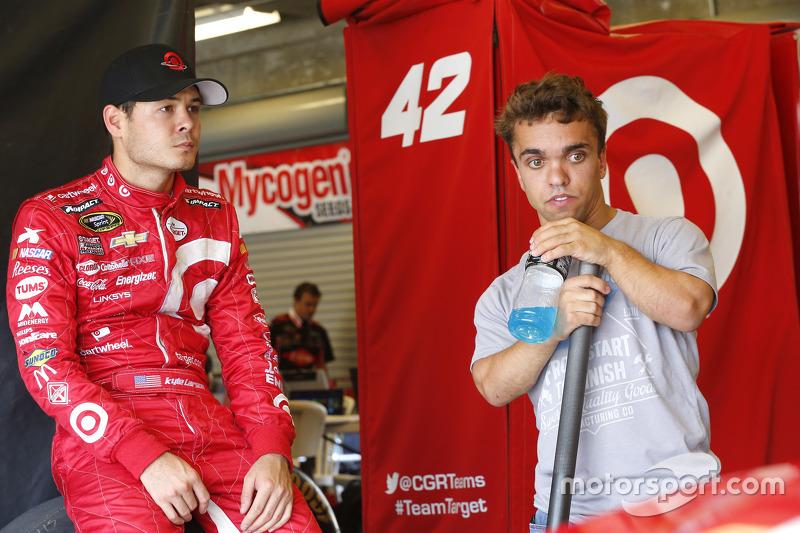 Rico Abreu conversa com o piloto da NASCAR, Kyle Larson