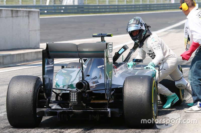 Nico Rosberg, Mercedes AMG F1 W06 stops di end of the pit lane di third practice session