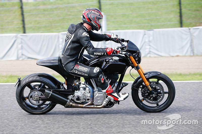 Keanu Reeves monta su motocicleta alrededor de Suzuka