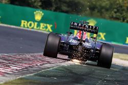 Daniel Ricciardo, Red Bull Racing RB11 envoie des étincelles