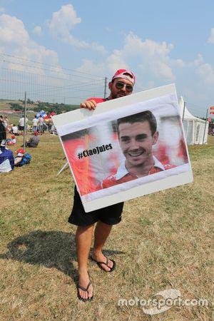 Fan mit einer Hommage an Jules Bianchi