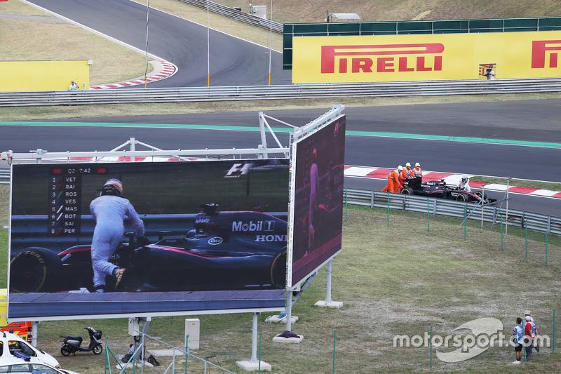 Техника продолжила преподносить неприятные сюрпризы и в субботу. По ходу квалификации остановился на трассе Фернандо Алонсо, которому пришлось толкать McLaren до боксов. Позже испанца дисквалифицировали за постороннюю помощь