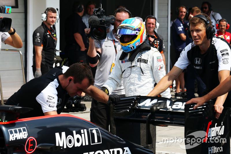 El McLaren MP4-30 de Fernando Alonso, McLaren es llevado a los boxes durante la clasificación
