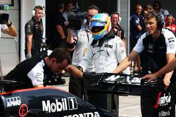 The McLaren MP4-30 - Фернандо Алонсо , McLaren заштовхується в бокси під час кваліфікації