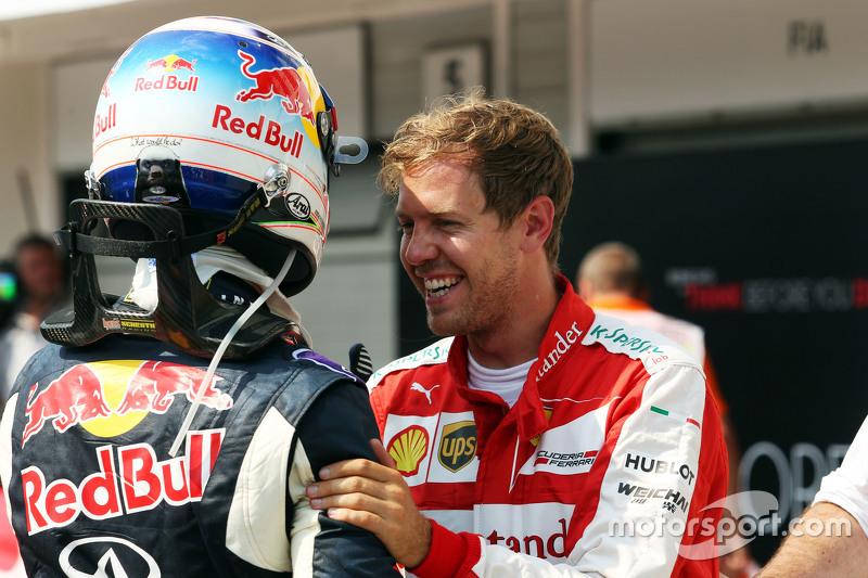 (Kiri ke Kanan): Daniel Ricciardo, Red Bull Racing dengan Sebastian Vettel, Ferrari dalam sesi kuali