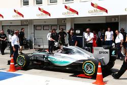 Льюїс Хемілтон, Mercedes AMG F1 W06 заштовхують на ваги на піт-лейні