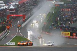 Start: #58 Von Ryan Racing McLaren 650S: Shane van Gisbergen, Rob Bell, Kevin Estre, lider