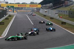 Seb Morris, Status Grand Prix leads Mitchell Gilbert, Carlin