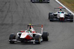 Марвин Кирхгофер, ART Grand Prix едет впереди Мэттью Перри, Koiranen GP
