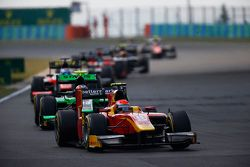 Alexander Rossi, Racing Engineering leads Richie Stanaway, Status Grand Prix